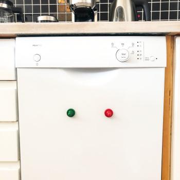 Opvaskemaskine sæt (rød & grøn Ludo magnet Maxi). Fra Magnetz.dk