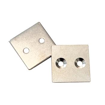 Metalplade 40x40x3 mm. med undersænkede huller til skruer