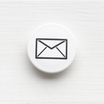 Brev magnet med ikon for brevpost på stærk hvid magnet 1,5 kg. styrke